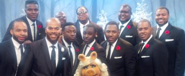 JJ Hairston and Youth Praise enjoy time with Miss Piggy on Thanksgiving